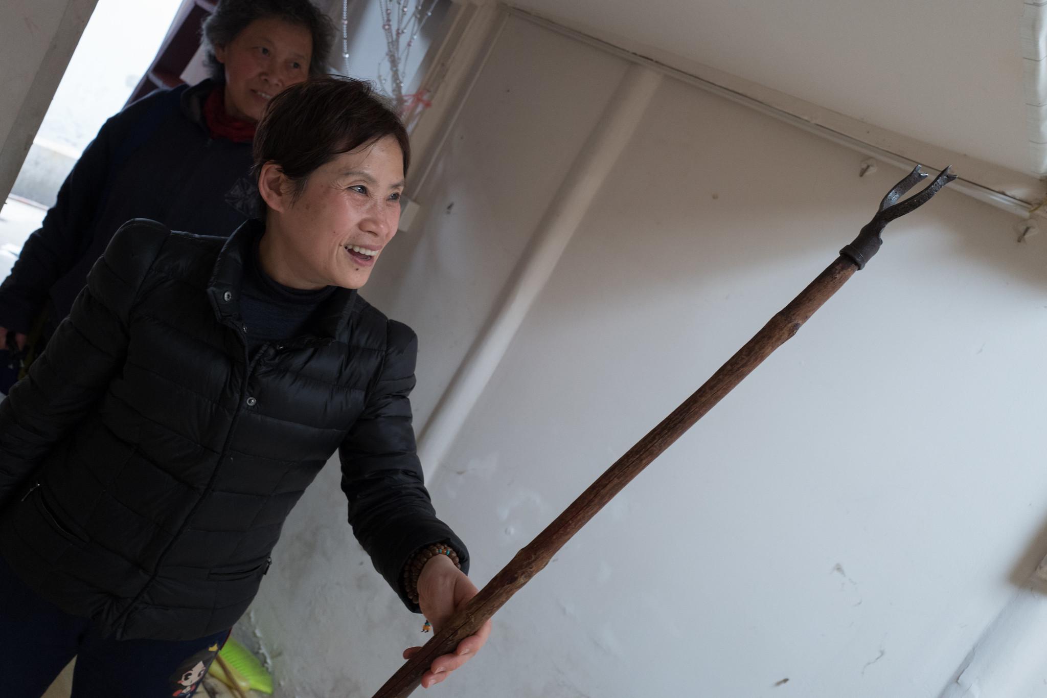 小弄堂裡的居民看著用了超過四十年的曬衣竿