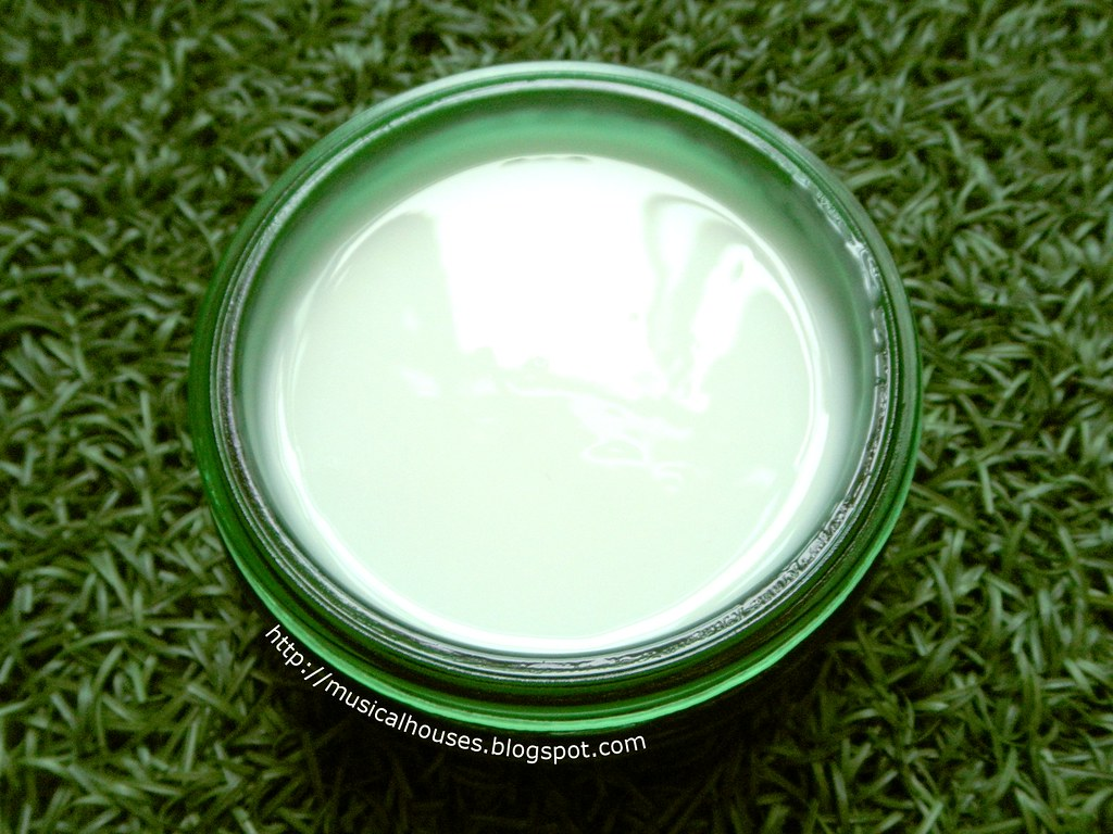The Body Shop Drops of Youth Bouncy Sleeping Mask Surface