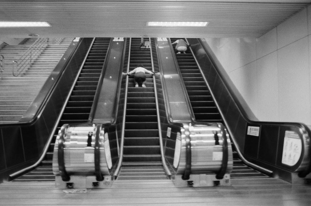 不是沒有家可以回,只是流浪讓我有想家的感覺 / Kodak 400TX / Nikon FM2 2016/01/02 送我妹到板橋客運站搭車回高雄後,我自己裝了一捲黑白底片在板橋客運站、火車站走走拍拍。  沒有人的車站總是會讓我想起在日本流浪的時候,看到合適的角落就想要把包包放下來打地鋪準備睡覺。  不是沒有家可以回,只是流浪讓我有想家的感覺、讓我有學著自己長大的感覺。  Nikon FM2 Nikon AI AF Nikkor 35mm F/2D Kodak TRI-X 400 / 400TX 6289-0019 Photo by Toomore
