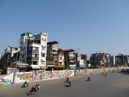 """Hanoi: la """"route en céramique"""" (frise gigantesque de 4kms)"""