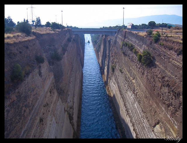 Dos barcos desapareciendo por el norte del Canal de Corinto