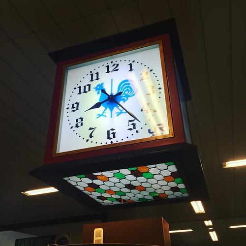 新宿からの羽田空港からの福岡空港を抜けて、博多駅から新神戸駅に帰ってきたで〜。 時計が風見鶏!