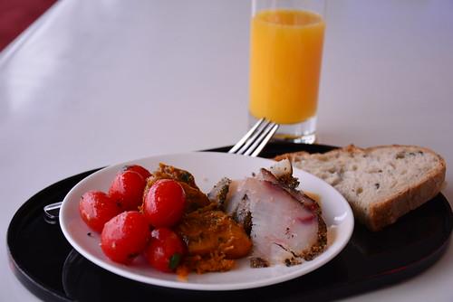 香港キャセイラウンジ「ザ・キャビン」で食べた前菜とマンゴージュース