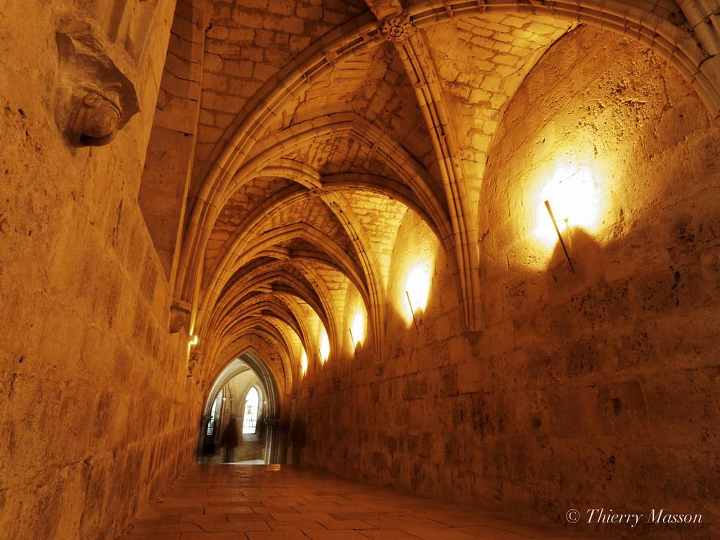 vers la crypte de la cathédrale de Bourges