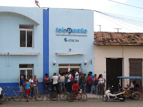 """Trinidad: la """"file"""" pour acheter un accès de quelques minutes à internet"""