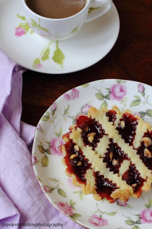 Crostatine con confettura di ciliegie e granella di nocciole tostate 5