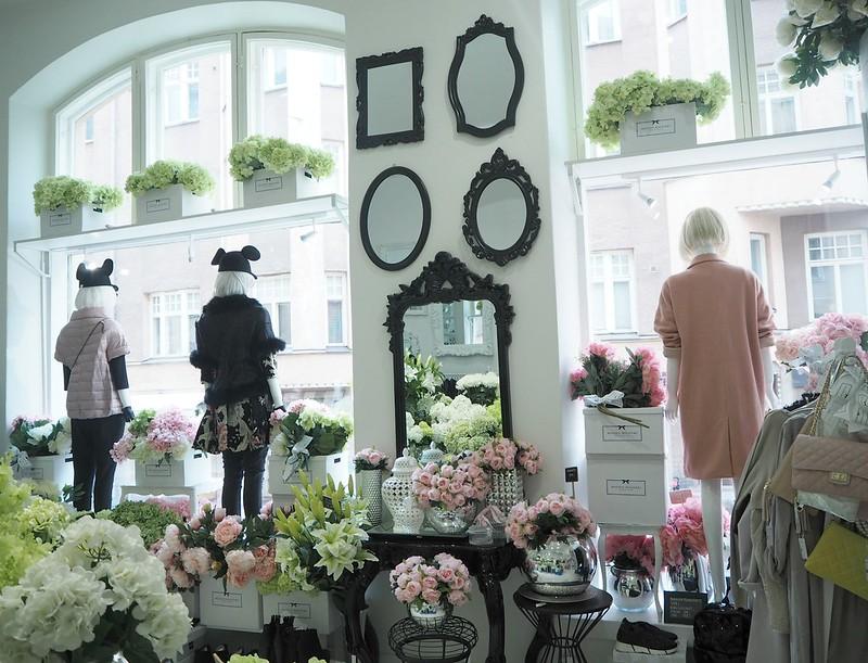 maisonhelsinkiP2238254,maisonhelsinkiP2238249,maisonhelsinkiP2238214, maison helsinki boutique, sisustuskauppa, sisustusliike, decoration shop, boutique, helsinki, maison helsinki, korkeavuorenkatu, hortensia, lilja, pioni, kukat, flowers, artificial flowers, tekokukat, sisustus, decoration, helsinki vinkit, helsinki tips, ostokset, shopping, inspiration, visit helsinki, shop ideas, unique boutique, vases, mirrors, maljakot, peilit, sisustustavarat, lifestyle kauppa, valkoinen, vihreä, pinkki, hopea, silver, white, green, pink, pale pink, pale green, lillies, pionies, kukkakimppu, bouquet,