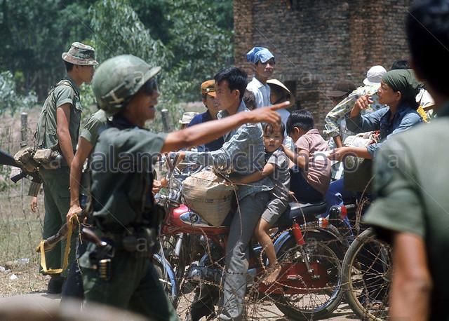 Người tỵ nạn trên đường từ Long Khánh chạy về Saigon khi quân Cộng sản Bắc VN tiến đến TP này