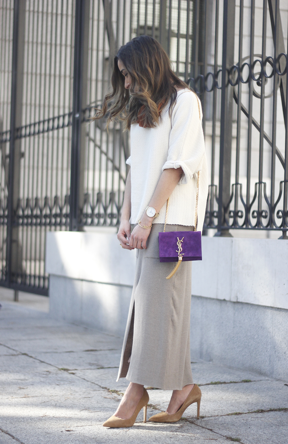 maxi grey knitted skirt saint laurent handbag nude heels outfit03