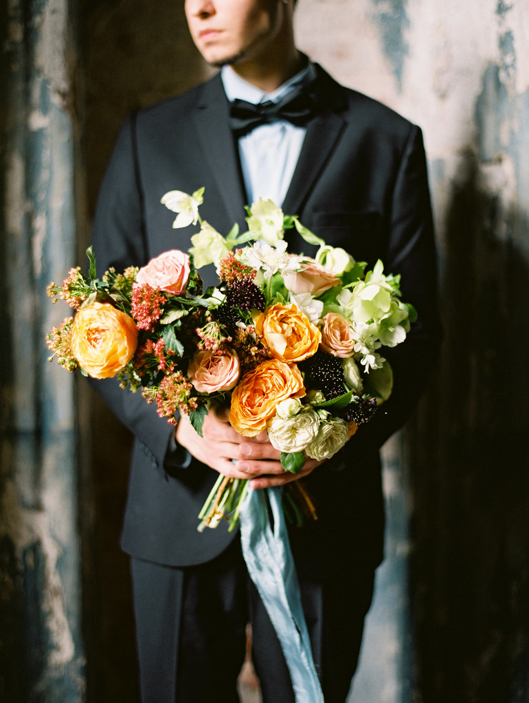 Navy blue groom suit and shades of fall bouquet | fabmood.com
