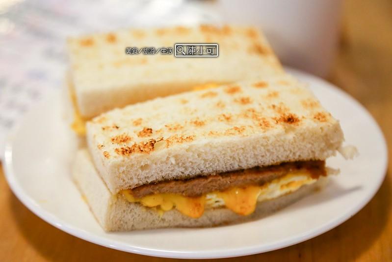 【台北炭烤吐司早餐店】真芳碳烤吐司/紅茶牛奶。簡單、美味,好吃的碳烤吐司!信義區早餐推薦,近松菸文創園區。