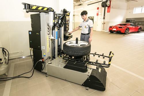 Ferrari 法拉利臺北旗艦售後服務暨展示中心 全自動式拆胎機(二)