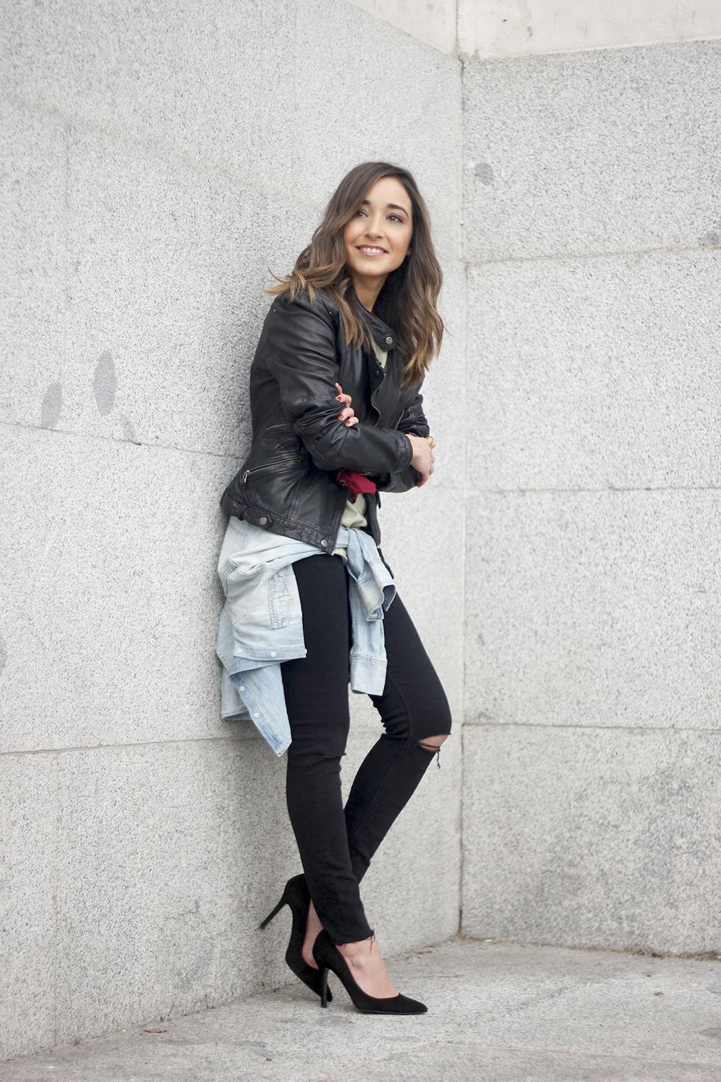 biker jacket black ripped jeans deartee tshirt heels outfit05