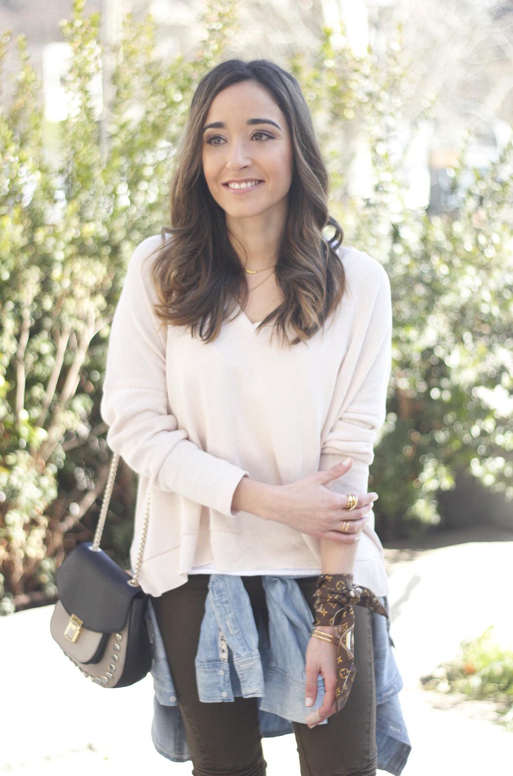 Khaki Pants pale pink sweater uterqüe bag accessories heels fashion outfit04