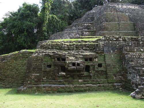 Lamanai: une des deux têtes de jaguar (Temple du Jaguar)