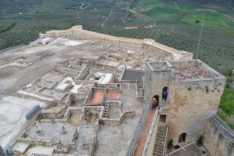 Torre de la Campana, y sector excavado junto a la misma.