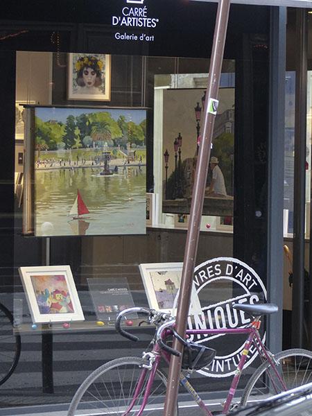 vélo devant une galerie d'art