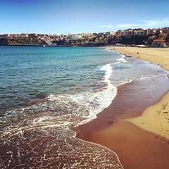 Olas que van y vienen en un día soleado y ventoso #Getxo