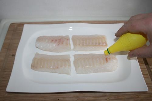 15 - Kabeljau mit Zitronensaft beträufeln / Sprinkle codfish with lemon juice