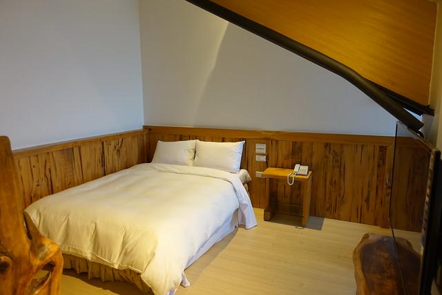 樓中樓夾層有兩張雙人床,這張照片的右手邊還有一個小茶几休息區@香格里拉休閒農場
