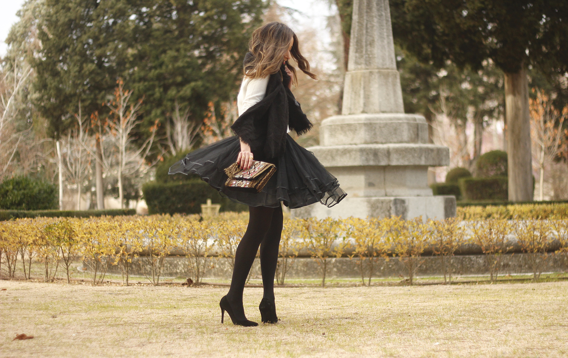 black tulle skirt white sweater black scarf outfit heels20