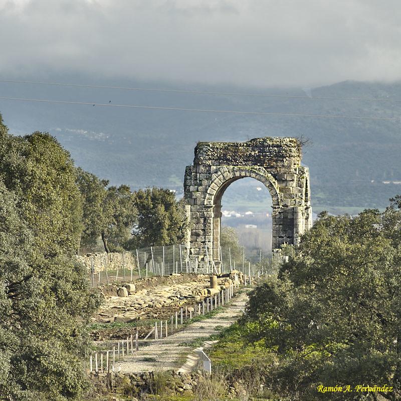 Arco Romano de Caparra entre vegetación