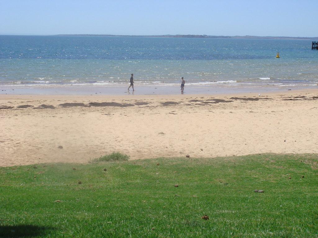 海滩边的一家三口