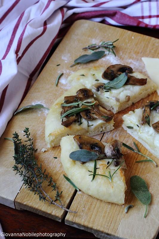 Pizza con provola silana e funghi champignon 12