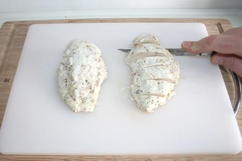 39 - Hähnchenbrüste in Scheiben schneiden / Cut chicken breasts in slices