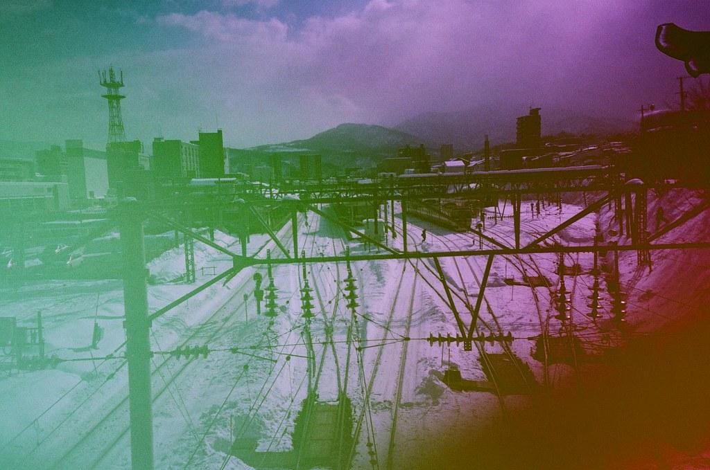 小樽 Otaru Japan / Revolog Kolor / Lomo LC-A+ 2016/02/03 第一次拍 Revolog Kolor 這卷特效片,感覺和想像中的顏色不太一樣,以為會是一格內有七彩的顏色,但是看起來是一捲不同部位隨意的顏色,有點特別。  那時候到了小樽,往山坡的方向走去。  Lomo LC-A+ Revolog Kolor 8270-0003 Photo by Toomore