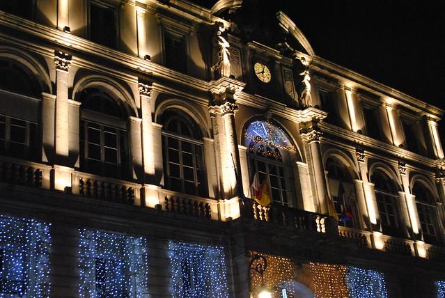 La mairie de Pau illuminée.