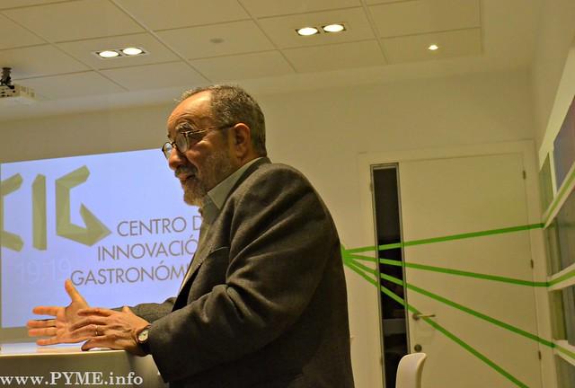 Momento de la entrevista al cocinero Víctor Salvador (Chez Víctor) en el Centro de Innovación Gastronómica 'Casa de la Tierra'.