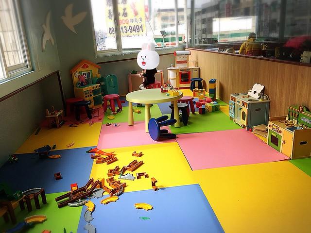有Mother Garden、HAPE等經典木質玩具的遊戲區@Young Lion 親子餐廳,高雄三民區