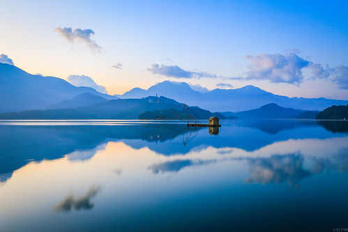 cloud sunrise reflections dawn boat taiwan 日月潭 sunmoonlake 船 nantou 日出 雲彩 到影 四手船
