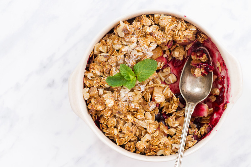 berry crumble with oatmeal