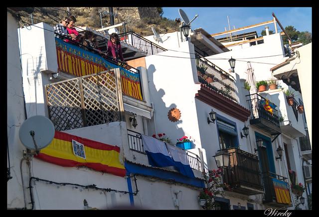 Balcones con flores y banderas