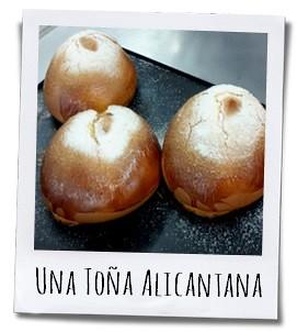 De Toña Alicantina heeft een donkere korst die bestrooid wordt met suiker en een zachte zoete binnenkant