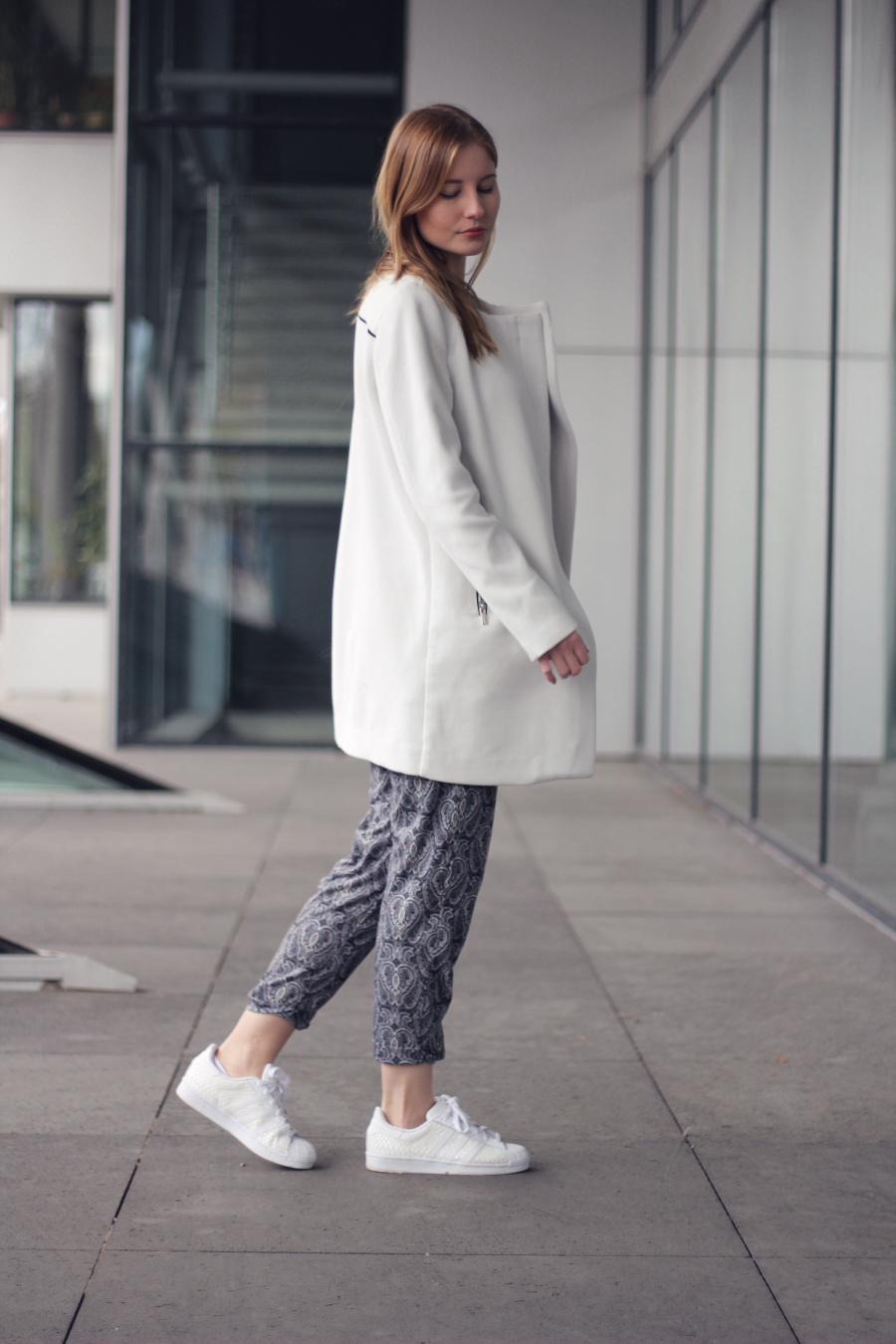 outfit hose paisley adidas originals sneaker trainer mantel coat weiß white