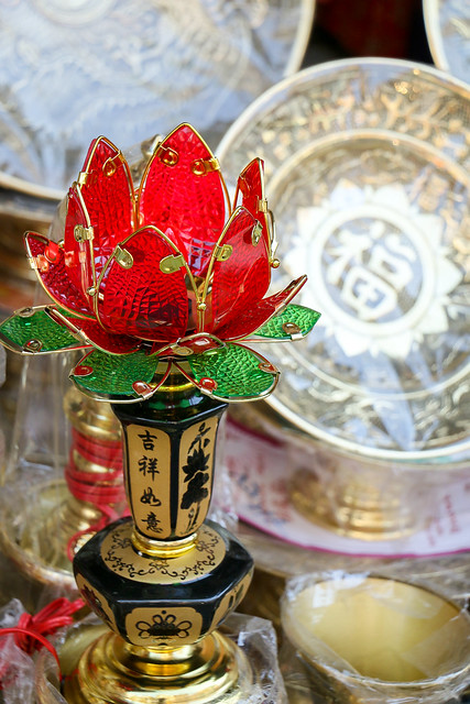Lotus shaped lamp for Buddhist altar, Hanoi old city, Vietnam ハノイ旧市街、仏壇用のロータス型ランプ