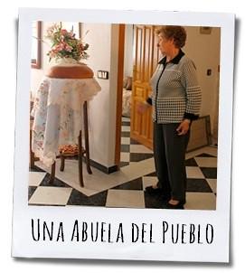 Een oudere dame vertelt ons vol trots over de traditie van haar dorp Torremanzanas