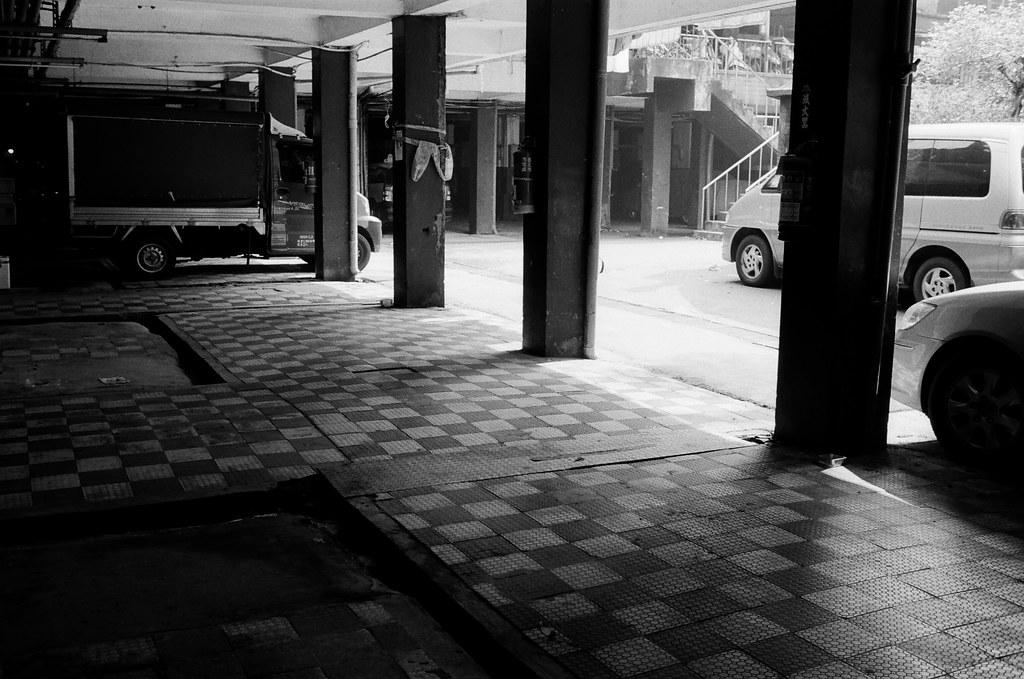 南機場公寓 Taipei / Kodak 400TX / Nikon FM2 這裡其實有一點點陰陰的,在拍照的時候有點點害怕,但不知道怕什麼,因為走出去外面就是大太陽。  Nikon FM2 Nikon AI AF Nikkor 35mm F/2D Kodak TRI-X 400 / 400TX 2940-0018 2015/11/07 Photo by Toomore