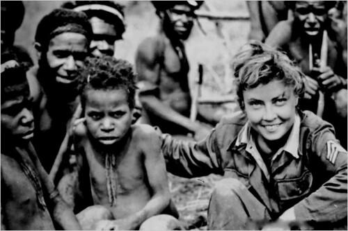 Margaret Hastings junto a miembros de la tribu