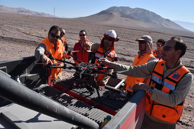 Personal técnico del Sernageomin es capacitado en la manipulación de drones