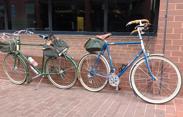 Great coffee meet up with Riv-buddy Erl this morning.  That is his newly powdercoated/built, 650b'd, blue Romulus next to my Saluki.  I saw 3 other Riv's on my commute this morning as well... Nice morning.