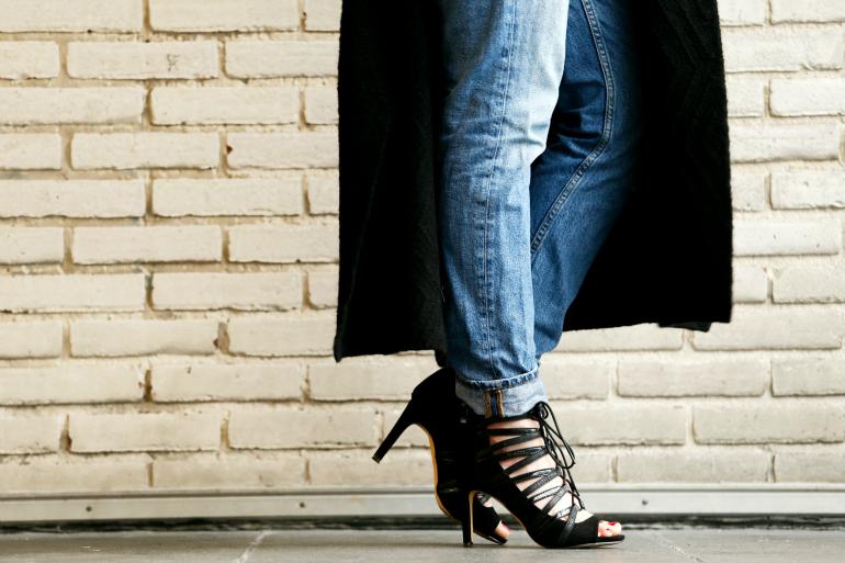 Back into heels (win!), bullboxer hakken, win bullboxer hakken, bullboxer heels, bullboxer schoenen, mom jeans, lang zwart vest, outfit mom jeans, zwarte hakken, strappy heels, artez arnhem, fashion is a party, fashion blogger, witte blouse, feestdagen, winactie