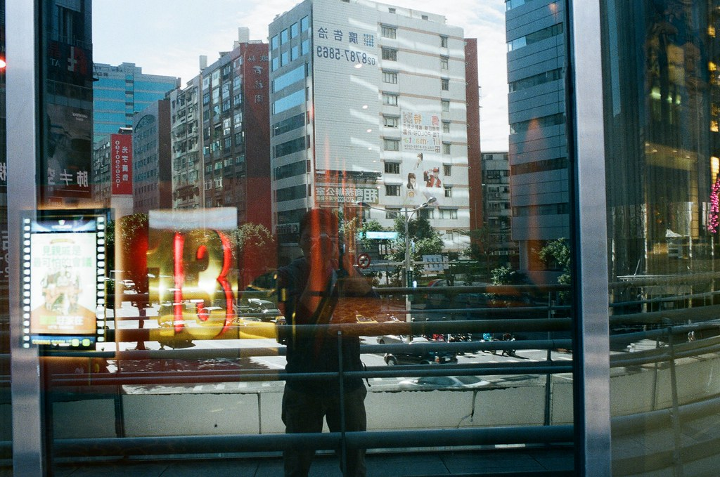 Double Exposure / Negative 800 / Lomo LC-A+, Nikon FM2 這卷底片在不同天重複曝光,很多影像都很特別,在白天可以看到夜晚,在無人的地方隱約看到其他事情正在發生,每一格都很特別,可以慢慢找畫面中的奇特事件!  This film is double exposure in different days, every frame are so special!  Lomo LC-A+ (2015/12/08 ~ 2015/12/11) Lomography Color Negative 800 35mm  Nikon FM2 (2015/12/22) Nikon AI AF Nikkor 35mm F/2D  5660-0031 Photo by Toomore