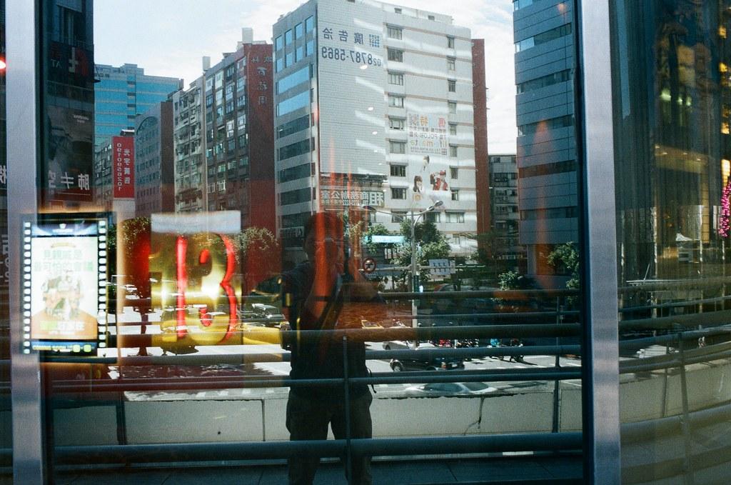 Double Exposure / Negative 800 / Lomo LC-A+, Nikon FM2 這卷底片在不同天重複曝光,很多影像都很特別,在白天可以看到夜晚,在無人的地方隱約看到其他事情正在發生,每一格都很特別,可以慢慢找畫面中的奇特事件!  This film is double exposure in different days, every frame are so special!  Lomo LC-A+ (2015/12/08 ~ 2015/12/11) Lomography Color Negative 800 35mm  Nikon FM2 (2015/12/22) Nikon AI AF Nikkor 35mm F/2D  5660-0031 Photo by Toomore