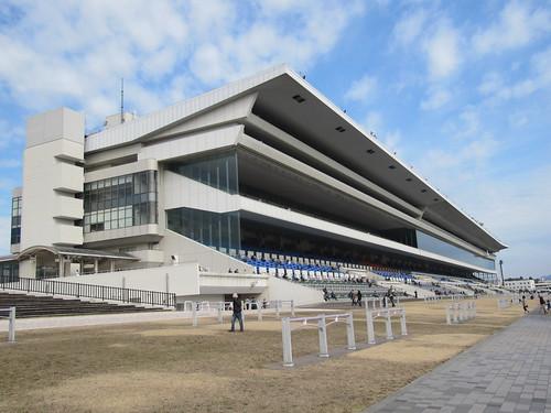 京都競馬場のスタンド外観