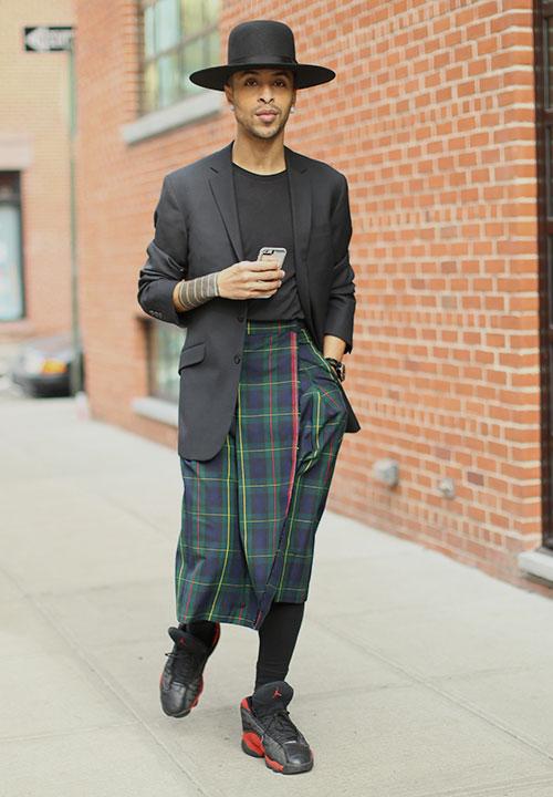 黒フロッピーハット×黒テーラードジャケット×黒無地Tシャツ×ブラックウォッチスカート×レギンス×Nikeエアジョーダン13