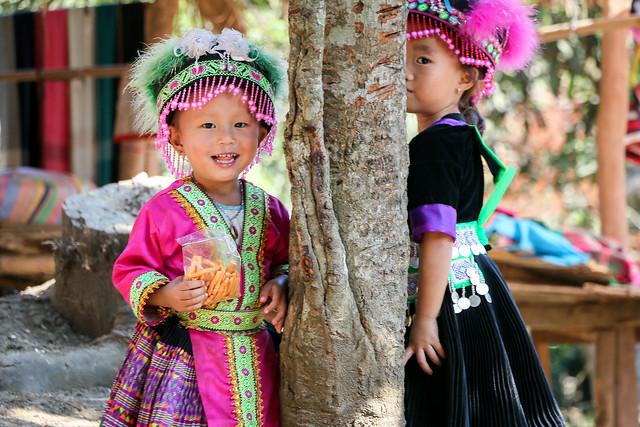Girls in ethnic costumes, Hmong village near Luang Prabang, Laos ルアンパバーン郊外のモン族村、民族衣装を着た少女たち